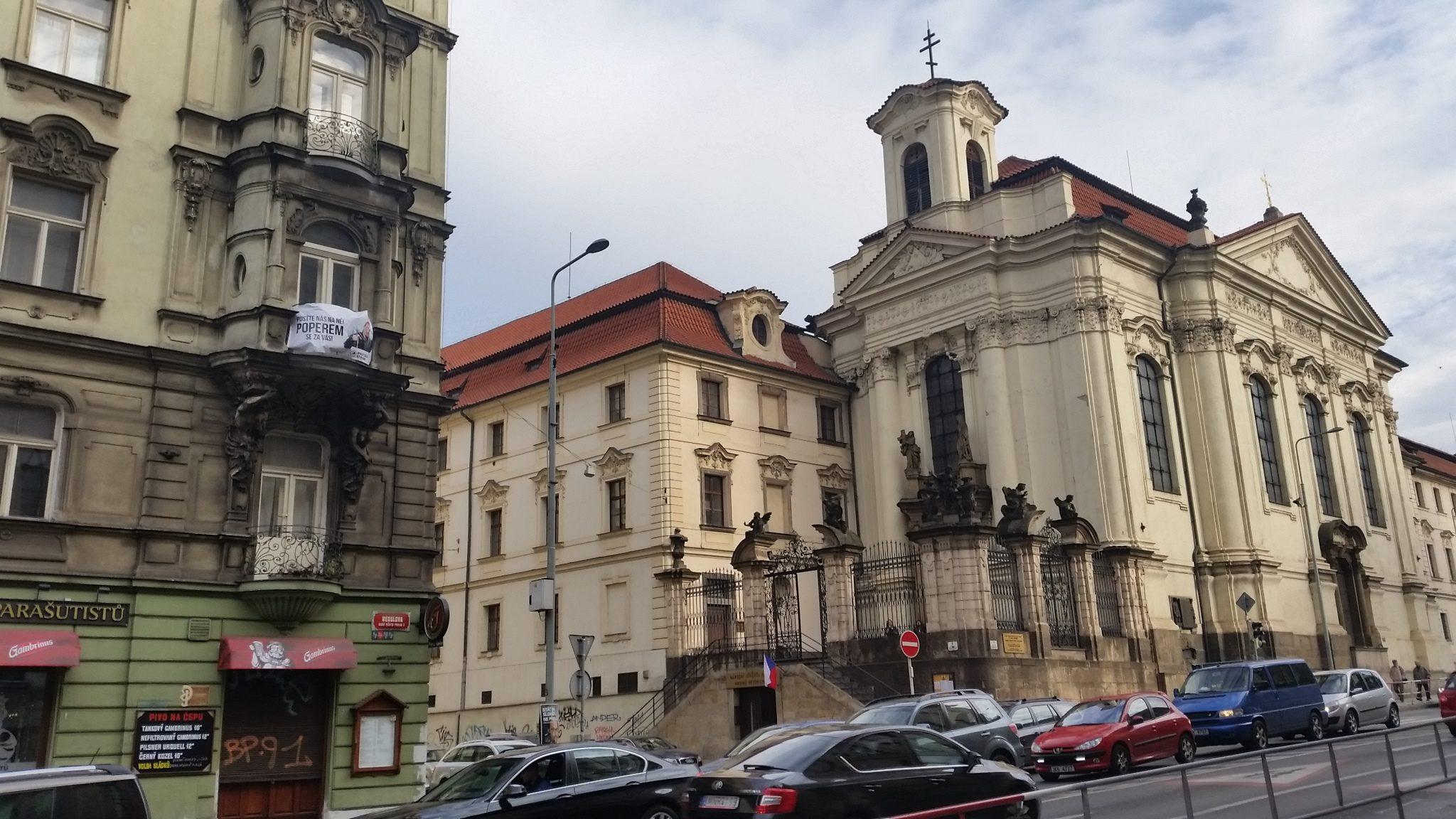 Танцующий дом, собор Кирилла и Мефодия, площадь с историческим деревом платаном